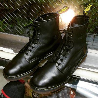 dr.martens-8hole-boots